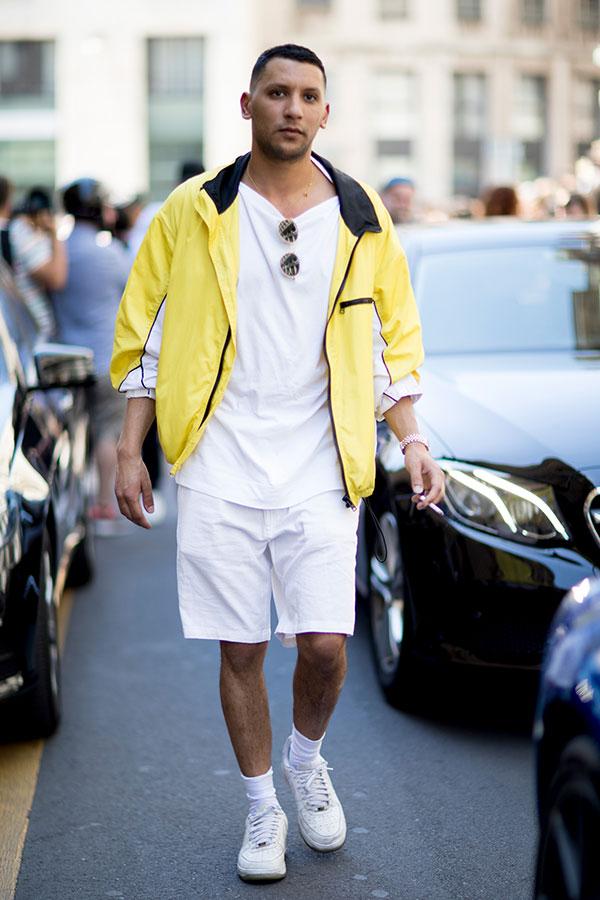イエローウインドブレーカー×白無地Tシャツ×白ショートパンツ×Nikeエアフォース1白