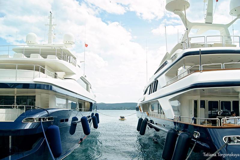 Яхты в марине