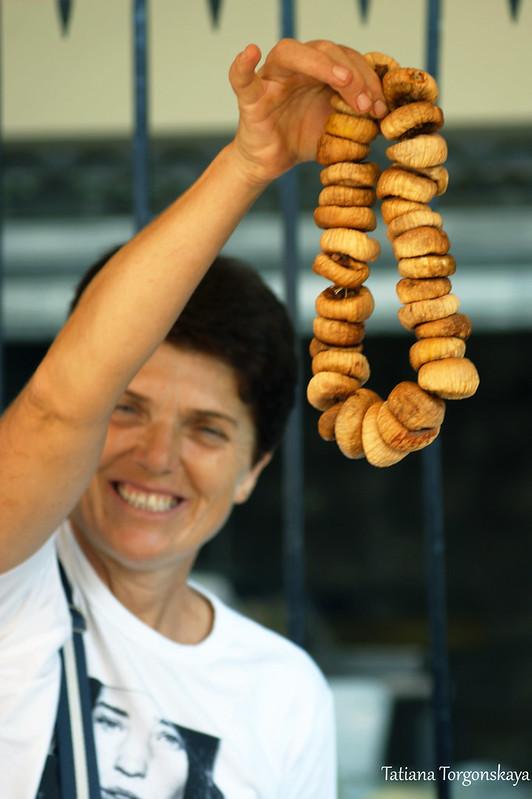 Продавщица из Котора предлагает инжир