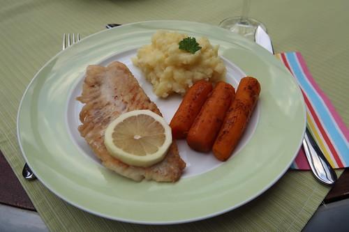 Rotbarschfilet zu Sellerie-Kartoffelstampf und Zimtmöhren (mein Teller)
