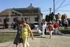 Ehemalige Feuerwehrfrauen nach dem Umzug auf dem Weg ins Kulturheim wo die Festsitzung stattfindet