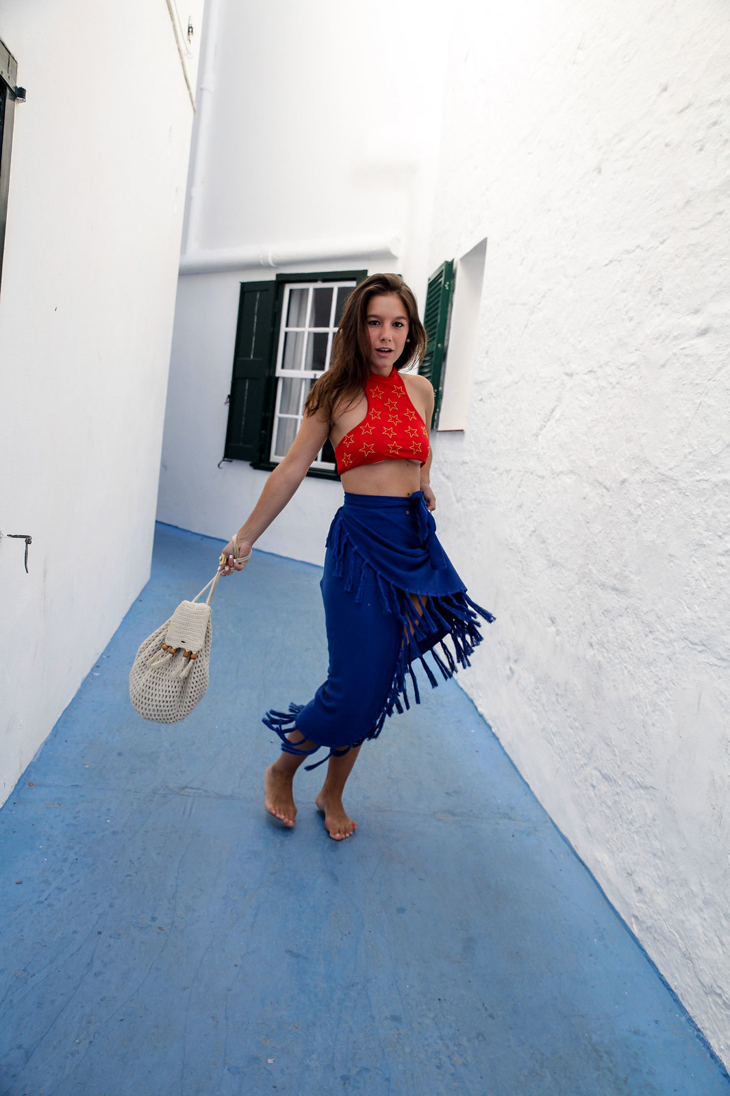 07_pies_descalzos_look_playa_theguestgirl_ruga_beachriot_minorca_blue_red_the_guest_girl_laura_santolaria_influencer