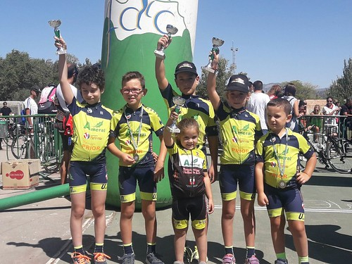 Niños y niñas de la escuela de la Peña Ciclista Gómez del Moral