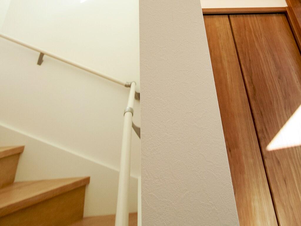玄関そばの二階へ通じる階段
