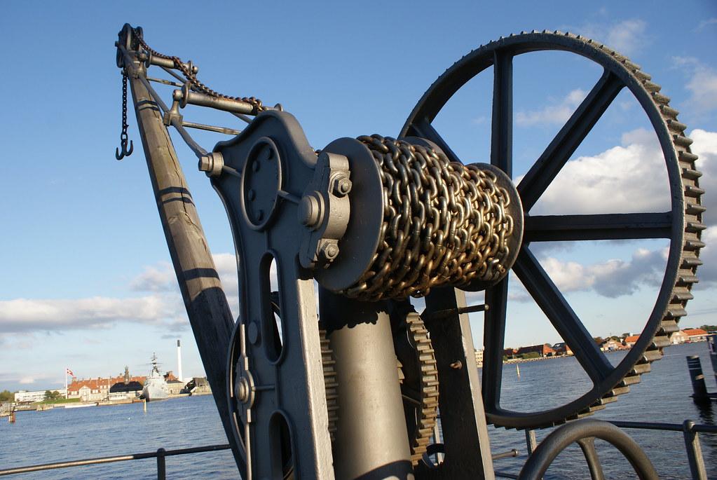 Vestige mécanique sur les quais menant de la vieille ville de Copenhague à sa sirène.
