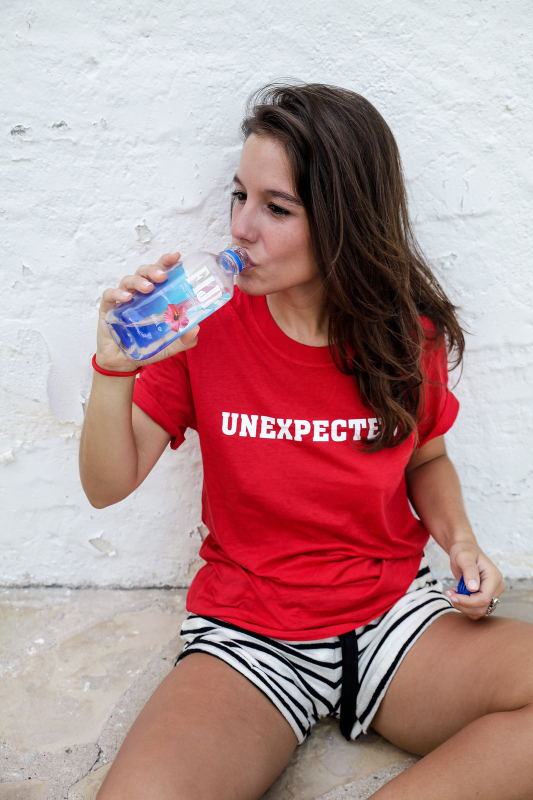 04_shorts_rayas_unexpected_shirt_stripes_shorts_pieces_unexpected_shirt_morinko_red_tshirt_style_theguestgirl_pieces_ootd_influencer_barcelona_verano_fiji_water.