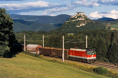 Güterzug vor der Burg Hochosterwitz