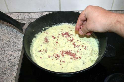 49 - Hälfte der Speckwürfel einstreuen / Add half of bacon