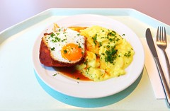 Bavarian meat loaf with fried egg, gravy & potato salad / Abgebräunter Leberkäse mit Spiegelei, Bratensauce & Kartoffelsalat