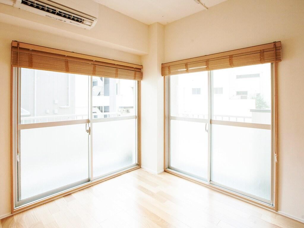 リノベーション後:洋室・ブラインド開けて光を取り込んでいるお部屋