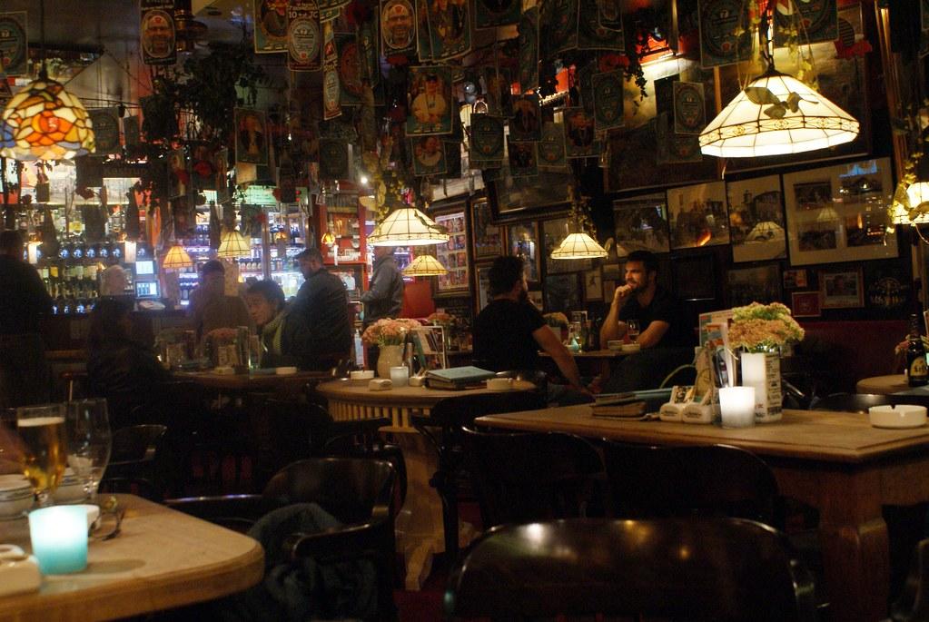 A l'intérieur du bar de la gare de Copenhague, le Jernbanecafeen.