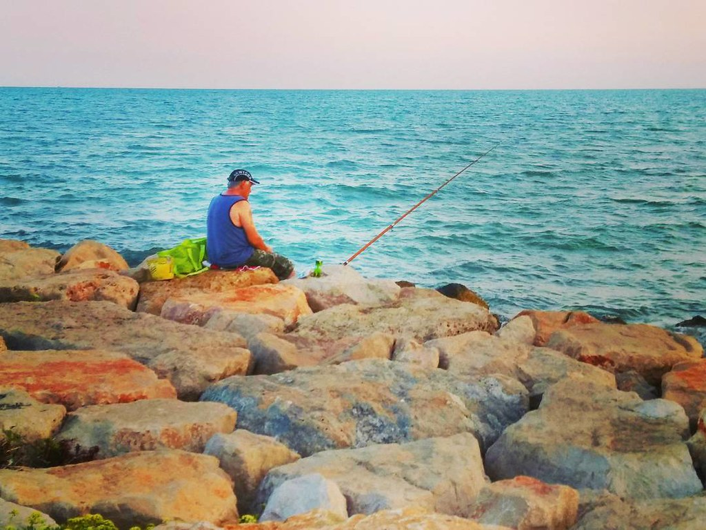 La soledad del pescador. Fotos de domingo 2017. 34/53. #fotosdedomingo_2017 #fisherman #sea #phonephoto #photography #summer2017