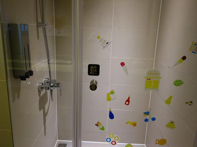 乾濕分離的門片上有許多彩繪貼紙@捷絲旅高雄中正館HAPE主題家庭遊戲房
