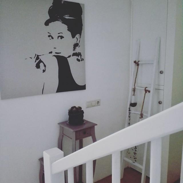 Overloop wit met zwartwit poster