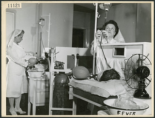 Two nurses administer fever therapy to two servicemen at Christie Street Hospital, Toronto, Ontario / Deux infirmières administrent la pyrétothérapie à deux militaires à l'hôpital Christie Street, Toronto (Ontario)