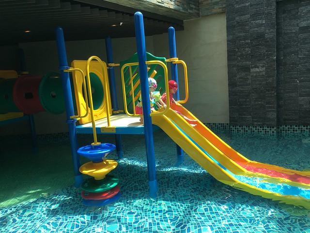 兒童池的溜滑梯,100cm 的小孩溜到最底下也不太會吃水@屏東恆春墾丁怡灣渡假酒店