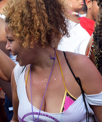 DSC_3340a Notting Hill Caribbean Carnival London Spirit of Life Exotic tee Shirt Participant Aug 28 2017 Big Beautiful Woman  Décolleté Low Neckline Beautiful Breasts Cleavage