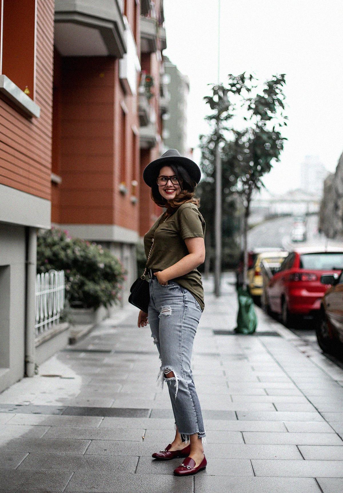 camiseta-verde-militar-basica-look-gucci-horsebit-mocasines-streetstyle9
