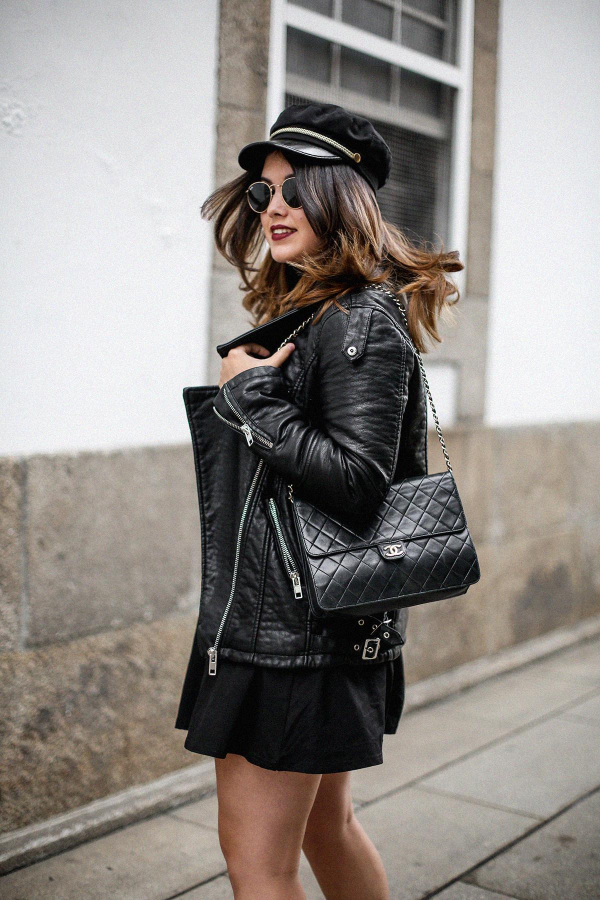 vestido-negro-casual-botines-militares-como-combinarlo3