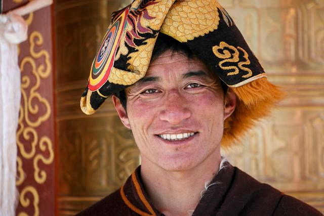 A man wearing nice ethnic hat, Yarchen Gar アチェンガルゴンパ 格好いい帽子を被った笑顔の男性
