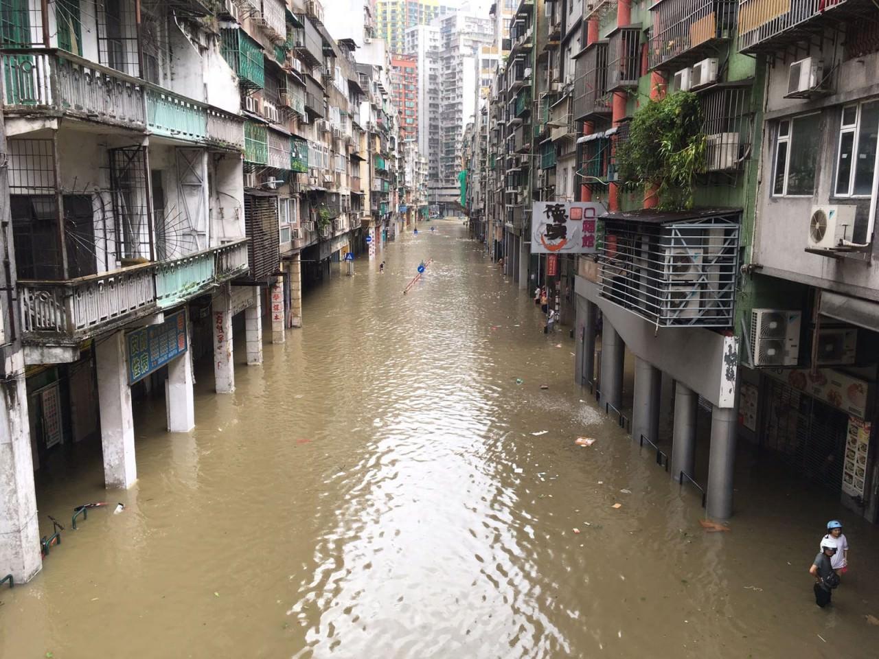 澳門低窪地區的內港區及新橋區,水位越過堤防湧上巷內,水位最高時約有1.8米。(澳門特約記者攝)
