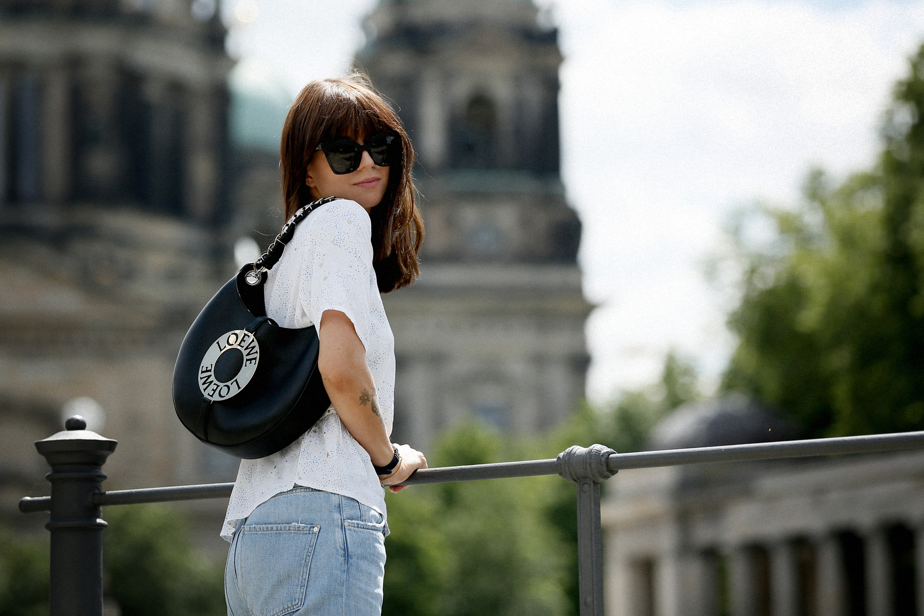 outfit berlin dom museumsinsel denim white blouse parisienne mbym jeanne damas style bangs brunette chic look outfitblogger breuninger loewe joyce bag mcm sunglasses summer german fashion blogger cats & dogs modeblog ricarda schernus max bechmann foto 7