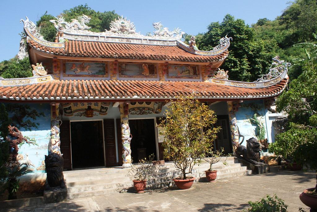 Un des temples colorés de la Montagne de marbre au Vietnam.