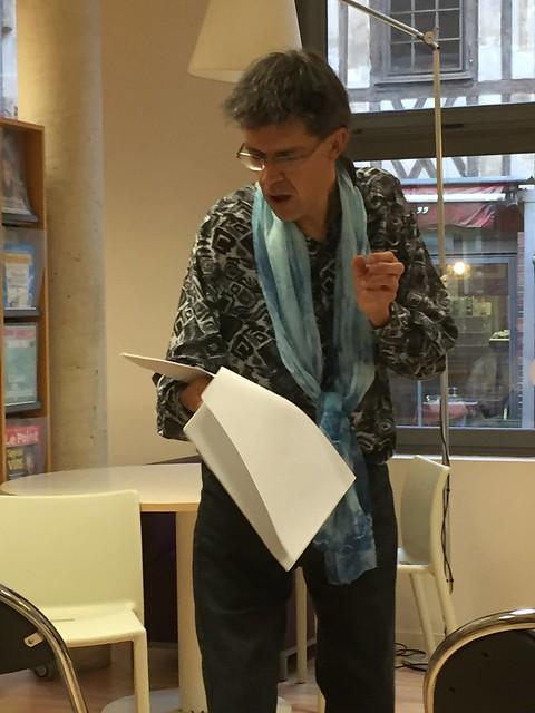 Lecture livres d'artistes exposés à la médiathèque de Beauvais 1