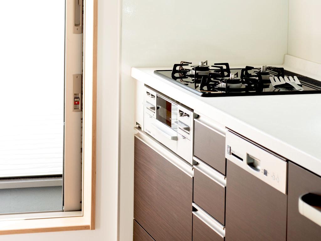 キッチンからサービスバルコニーへの扉