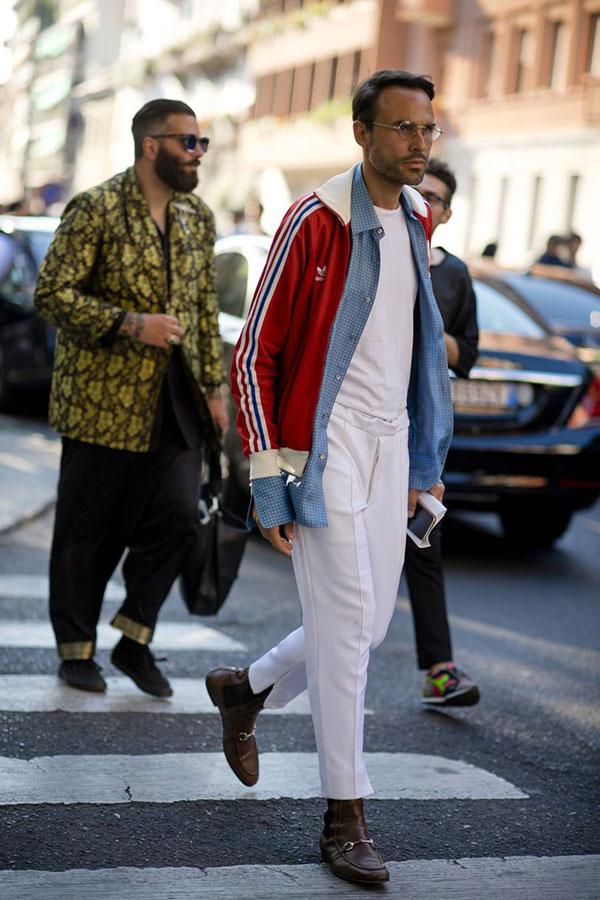 adidasエンジトラックトップ×青チェックシャツ×白Tシャツ×白スラックス×ビットサイドゴアブーツ茶