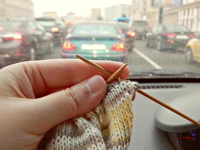 вязание в пробке   knitting in traffic