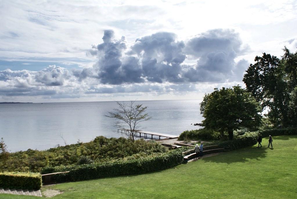 Le Musée d'art contemporain Louisiana donne sur une plage de galet au bord de la mer Baltique.