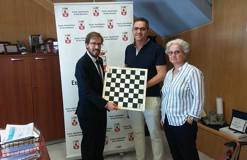 La Delegación de Deportes dona juegos de ajedrez al Hospital de Valme