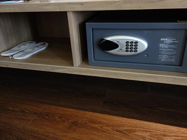 電視櫃下方有放鞋的空間與保險櫃、拖鞋@捷絲旅高雄中正館HAPE主題家庭遊戲房