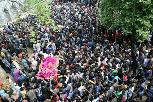 thousands-attend-funeral-of-youth-martyred-by-indian-troops-1494146915-2276-696x464