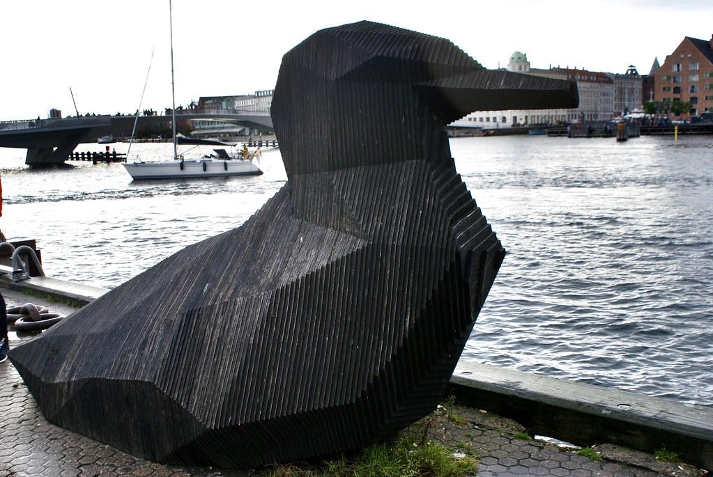 Statue d'un oiseau en bois dans le quartier de Christianshavn à Copenhague.