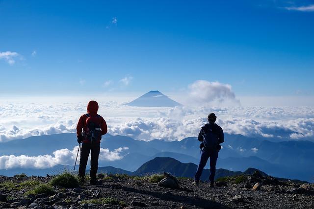 富士を仰ぐ登山者
