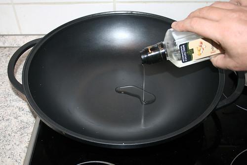 22 - Erdnussöl in Wok erhitzen / Bring peanut oil to a boil