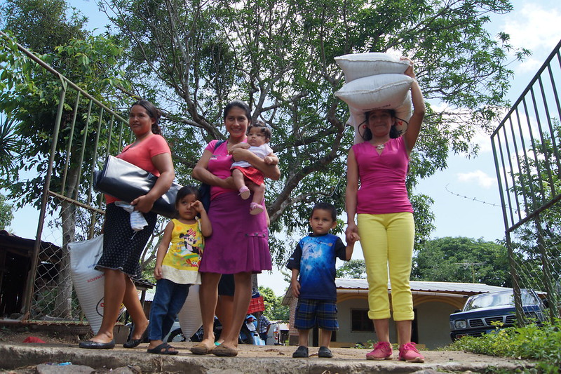 Entrega de insumos a lideresas de Ahuachapan
