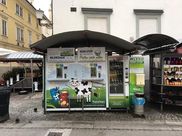 中央市場にある牛乳の自動販売機