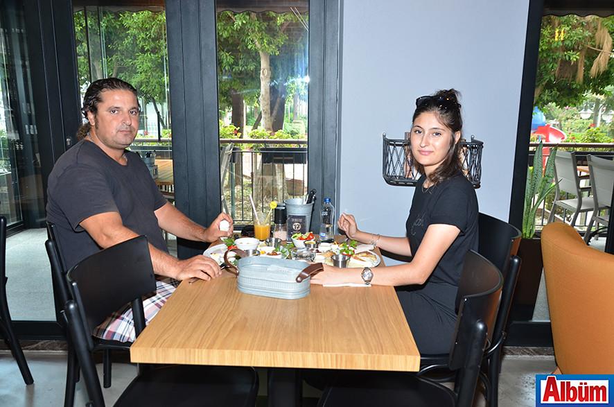 İzzet Kan ve kızı Elif Kan, Bergamot Kafe'de keyifli bir pazar geçirdi.