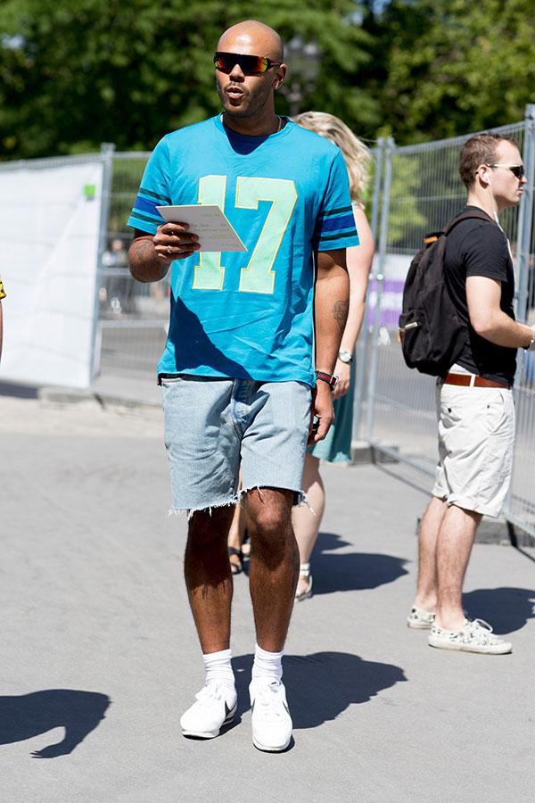 ターコイズブルーTシャツ×カットオフデニムショートパンツ×Nikeコルテッツ白