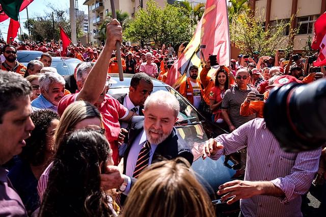 Lula reafirma inocência e sai fortalecido do dia de depoimento em Curitiba