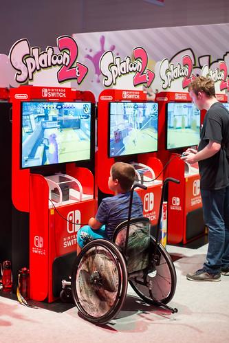 Junge im Rollstuhl spielt Splatoon 2