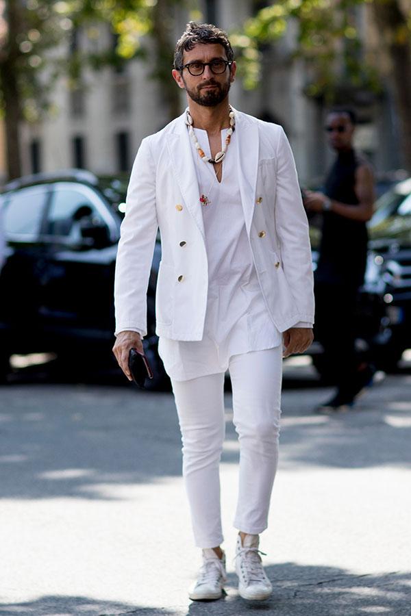 白ダブルジャケット×白カットソー×白パンツ×白ハイカットスニーカー