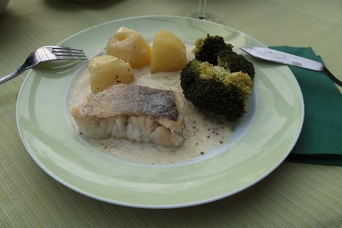 Auf der Haut gebratenes Seehechtfilet mit Senfsoße zu Kartoffeln und Broccoli (mein 2. Teller)