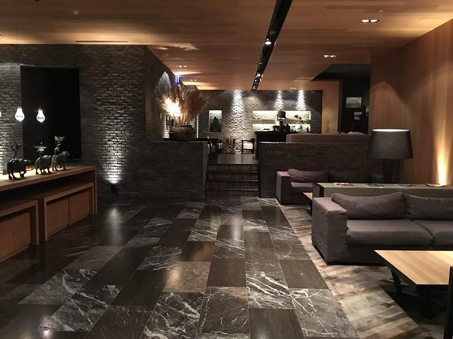 一樓的交誼空間,有沙發區、左側是書區、往前階梯上去有咖啡茶飲可使用@高雄Hotel dùa住飯店