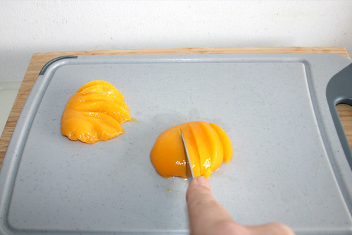 24 - Pfirsichhälften fächerförmig einschneiden / Cut in peaches fan-shaped
