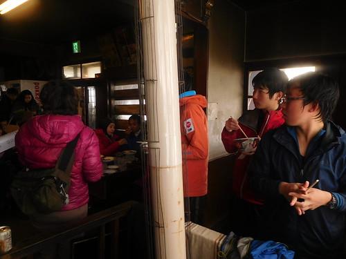暖を取ってたら外国人ツアー客の人たちが食事のメニューでごたついてた