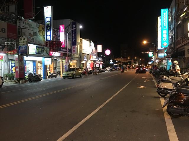 晚上的恆春市區(?)來一張~沒有人行道,拍回去跟麗莎小姐討論一下隔天要不要叫計程車,免得拖著小孩移動太累太危險